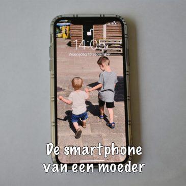 De smartphone van een moeder