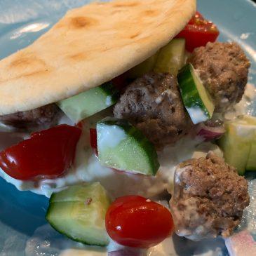 Griekse gehaktballetjes met flatbread